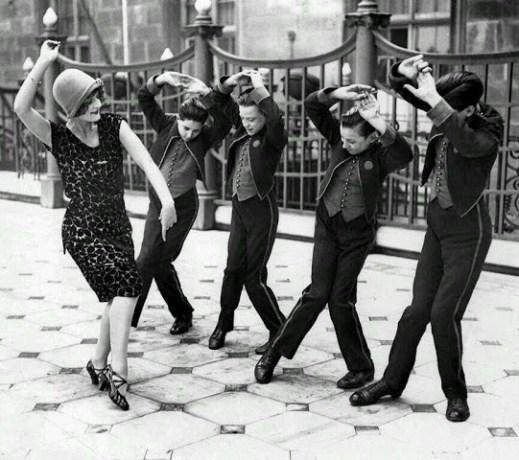 american-woman-teaching-english-boys-to-dance-the-charleston-great-britain-19251